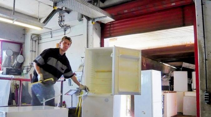 Холодильные агрегаты освобождаются от внутренних съемных частей, а также от электрошнуров. Холодильный агрегат помещается на конвейерную линию для прохождения всего цикла переработки